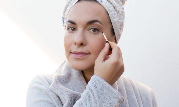 Trucchetto di makeup per applicare la matita nera o l'eyeliner