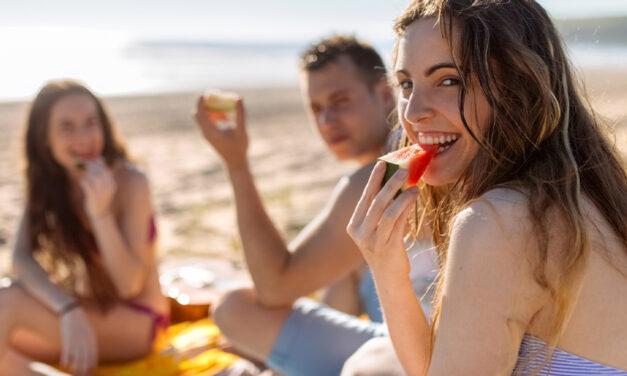 Cosa mangiare in spiaggia? Idee leggere per un pranzo al mare