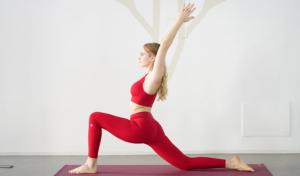 irene cioni vestita di rosso che fa yoga